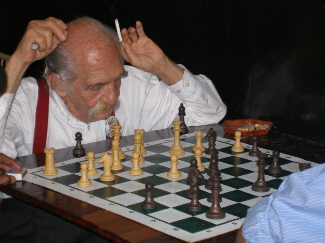 Dominican Republic: Boca Chica old man playing chess