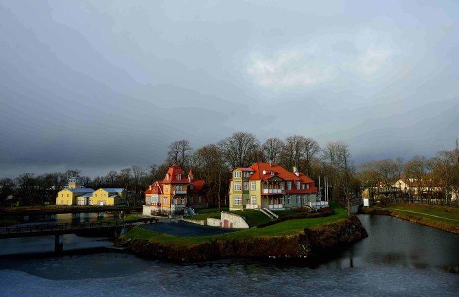 Saaremaa Island: hotel across Episcopal Castle