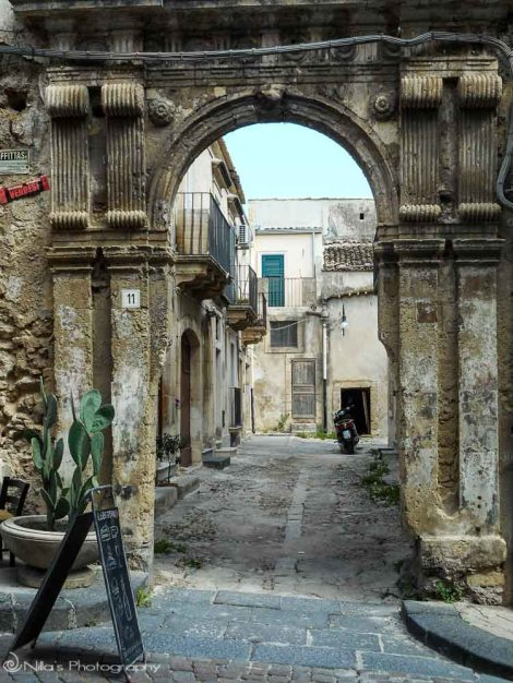 Archway, Noto, Sicily, Italy